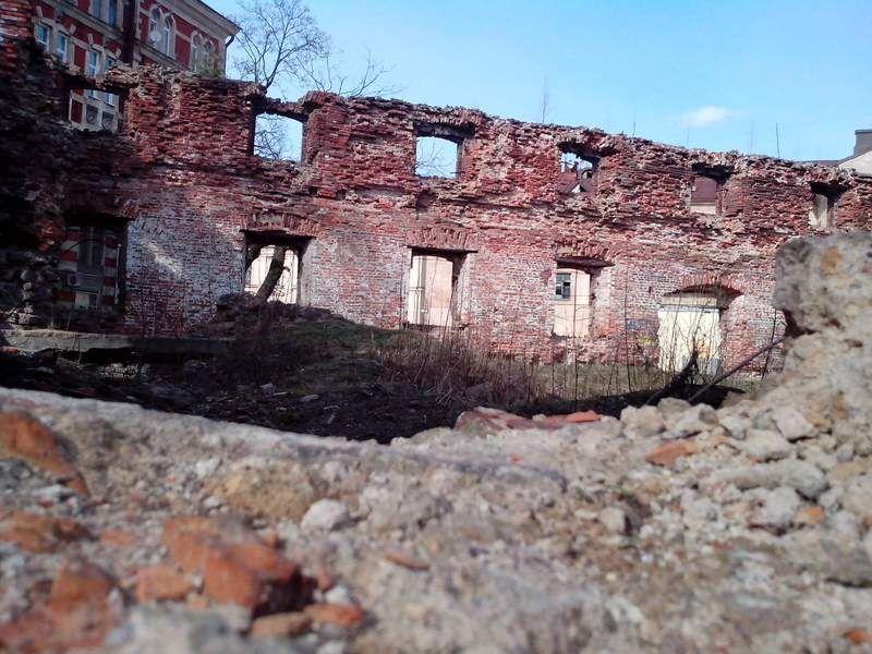 Развалины возле часовой башни.