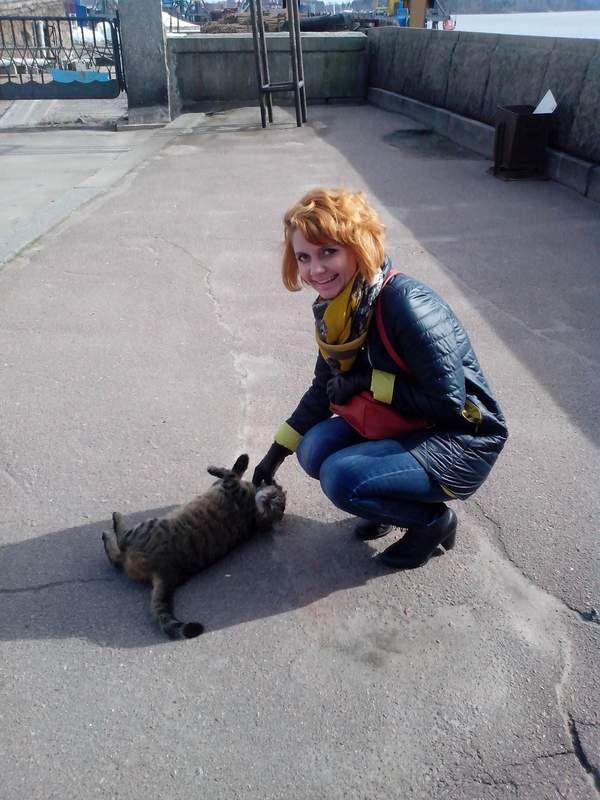 Юля гладит кота