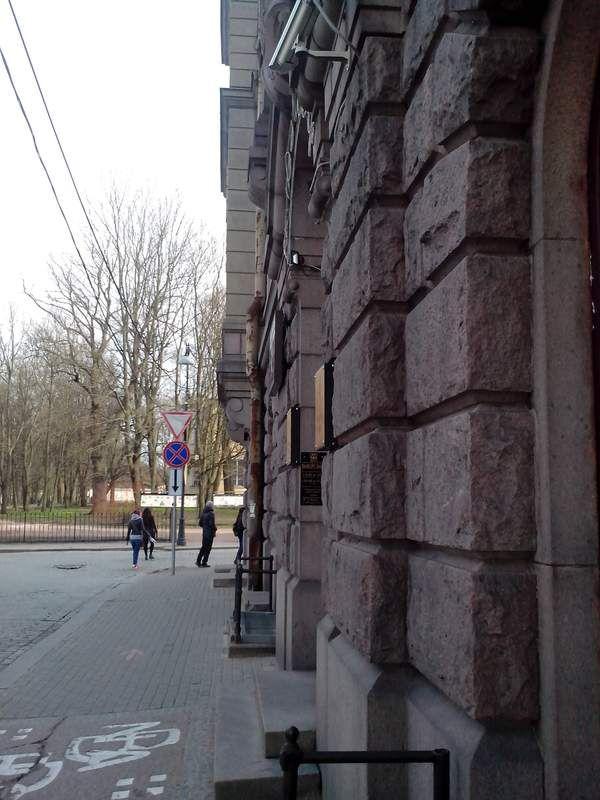 Серый дом площади
